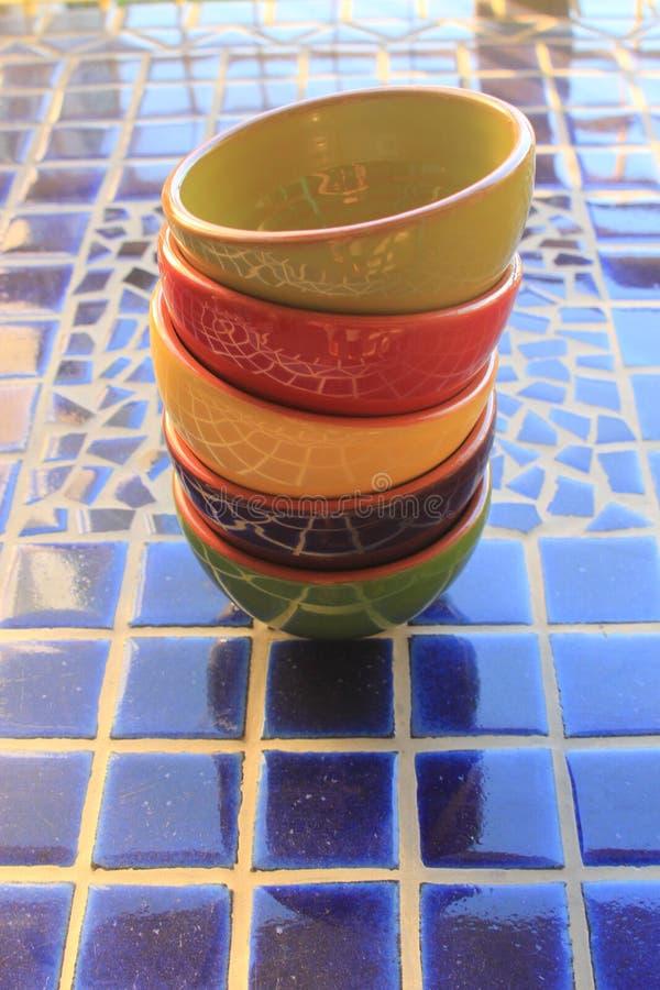 Hell farbige Picknickschüsseln stockfoto