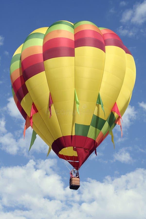 Hell farbiger Heißluft-Ballon lizenzfreie stockfotos