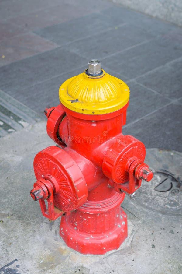 Hell farbiger Hydrant stockbilder