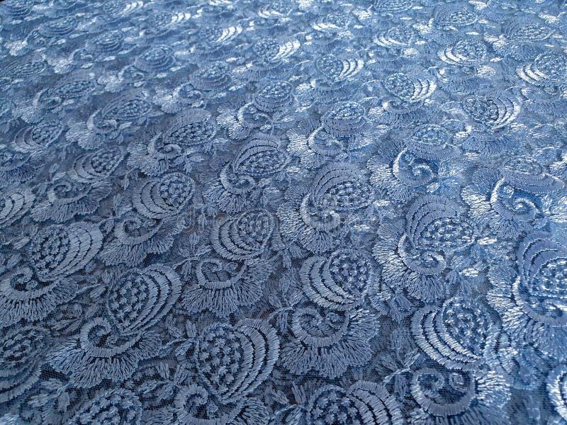 Hellblau mit grauem Tonspitzehintergrund, dekorative Blumen Blaues Spitzegewebemuster, Probe lizenzfreie stockfotografie