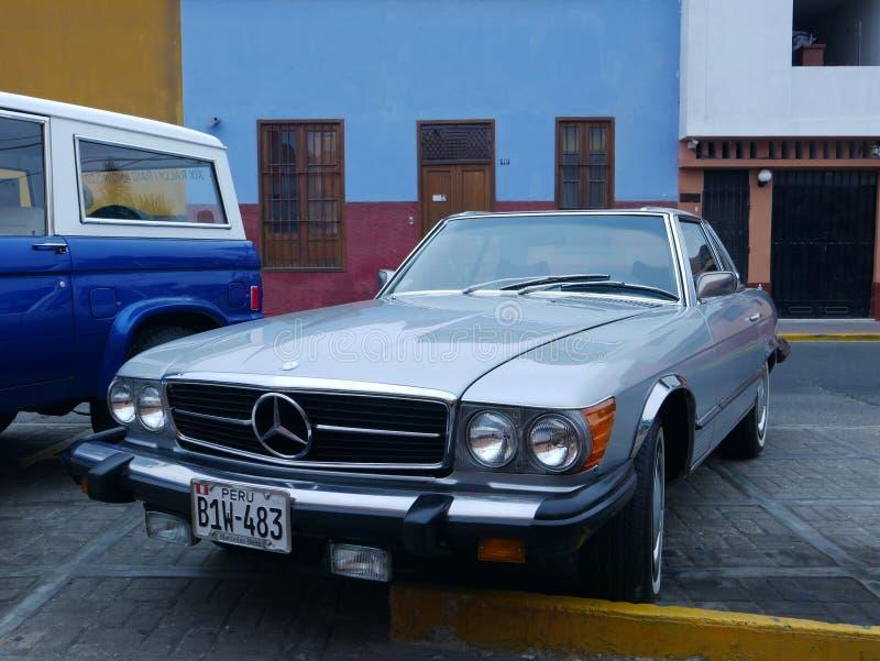Hellblau von einem Coupé Mercedes-Benzs 450 SL in Lima lizenzfreie stockfotografie