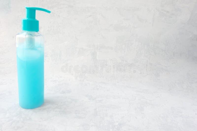 Hellblaue perligste Rohrmodellschablone für kosmetische Creme oder Gel, bereit zu entwerfen lokalisiert auf grauem Hintergrund stockbild