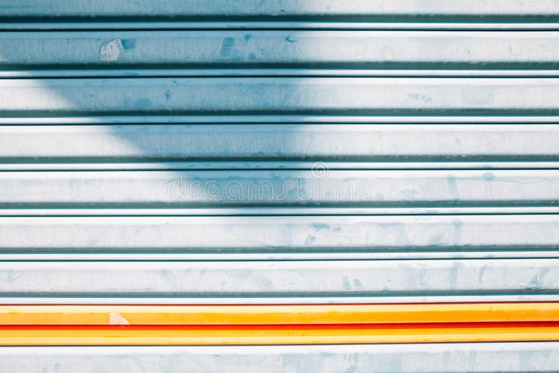 Hellblauer Farbmetallfensterladen-Türhintergrund stockfotos