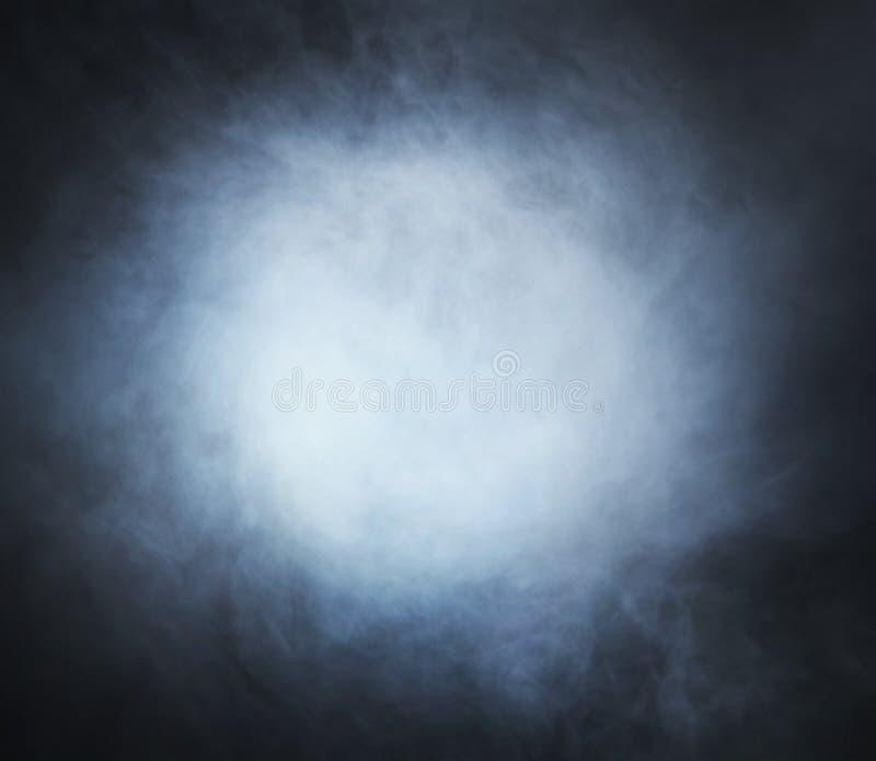 Hellblauer Rauch auf einem schwarzen Hintergrund stockfoto