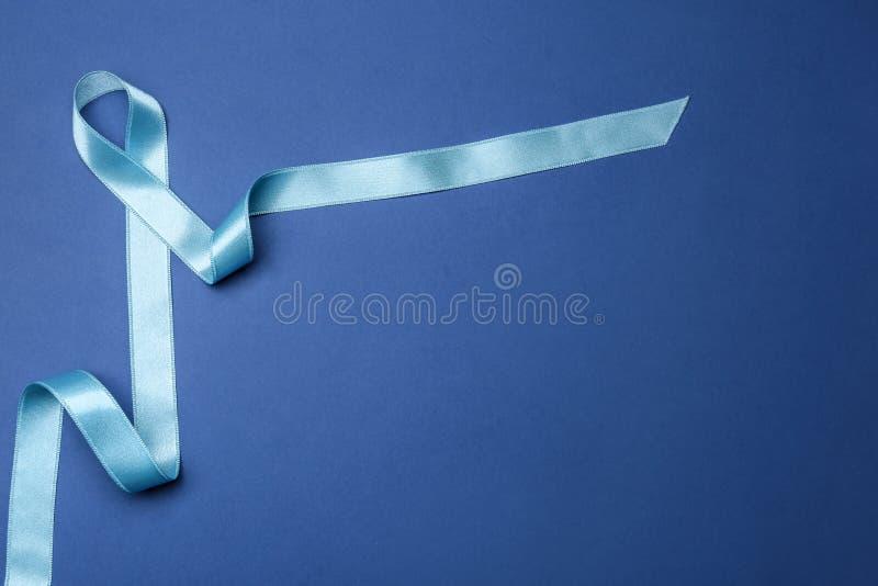 Hellblaues Bewusstseinsband auf Farbhintergrund, Draufsicht Symbol von Sozial- und medizinischen Fragen lizenzfreie stockfotos