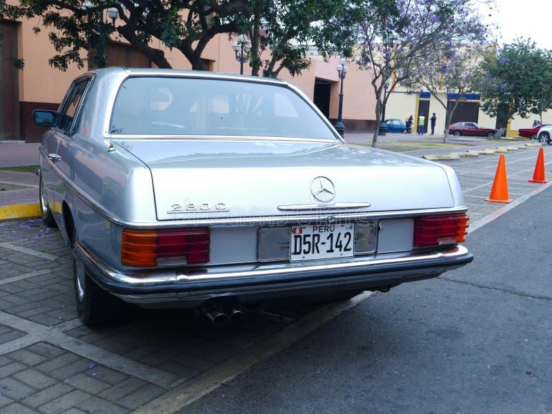 Hellblaues Coupé Mercedes-Benzs 280C in Lima stockfotografie