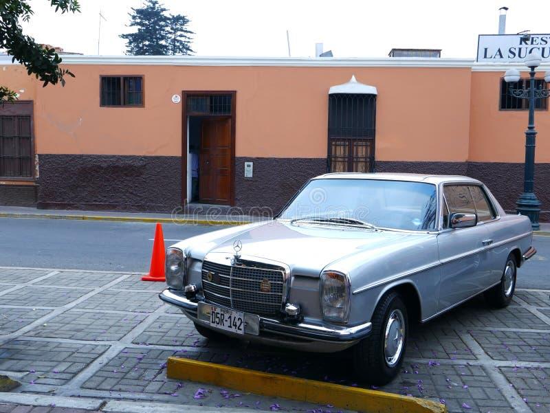 Hellblaues Coupé Mercedes-Benzs 280C in Lima stockbild