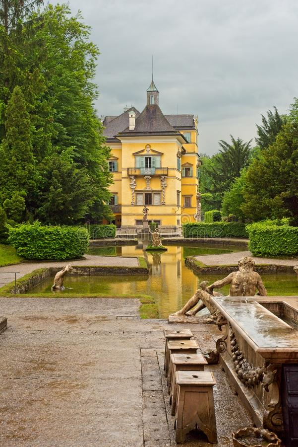 Hellbrunn slott och utomhus- Wasserspiele arkivbild