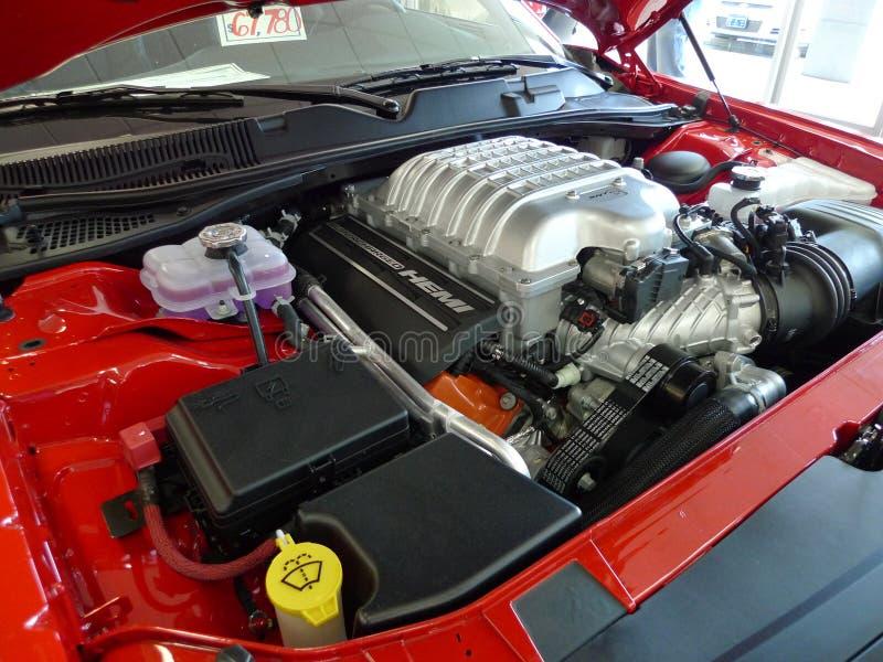 Hellcat van Dodge Eiser, motor, op toonzaalvloer stock foto's