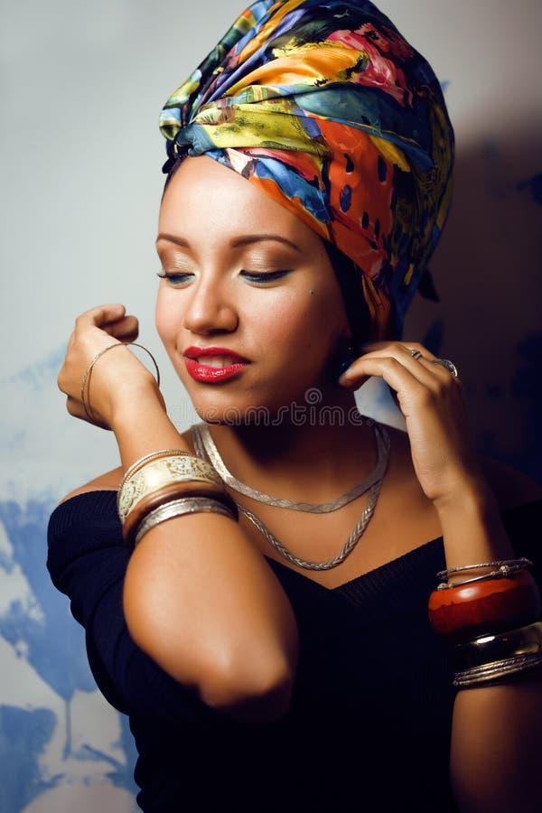 Helle afrikanische Frau der Schönheit mit kreativem bilden lizenzfreies stockbild