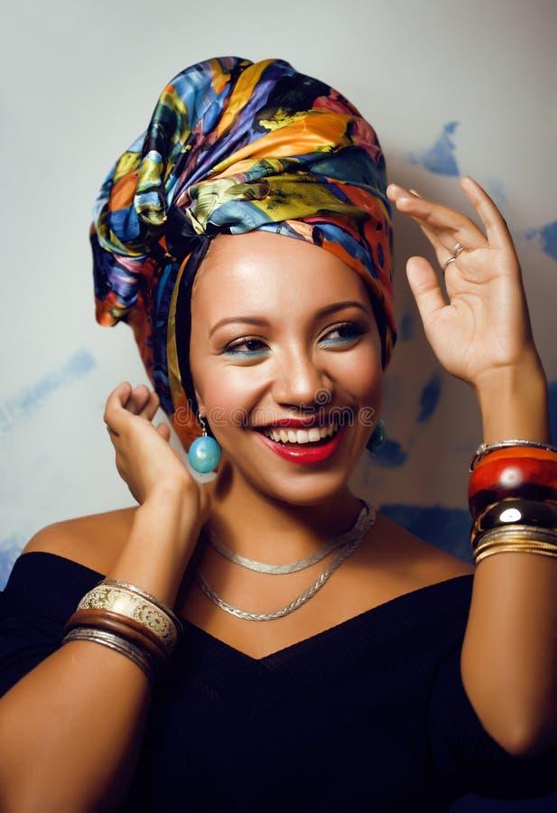 Helle afrikanische Frau der Schönheit mit kreativem bilden lizenzfreie stockfotografie