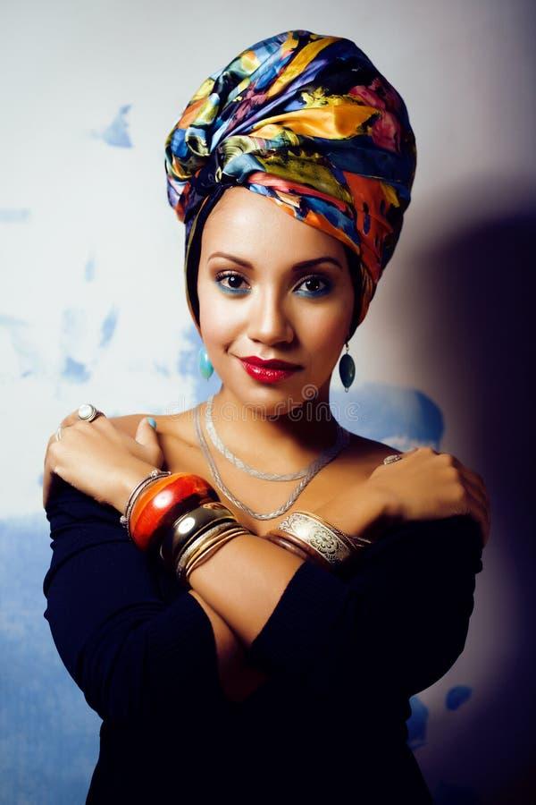 Helle afrikanische Frau der Schönheit mit kreativem bilden, Schal auf Kopf stockbild