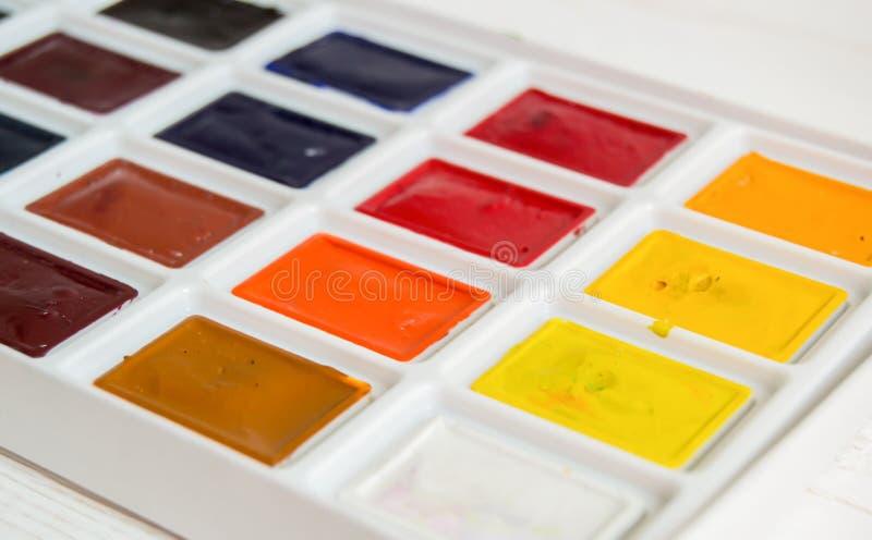 Helle Aquarellfarbe im Kastenabschluß oben auf weißem Hintergrund lizenzfreies stockbild