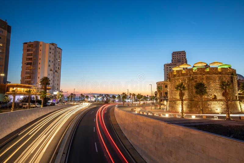 Helle Bahnen von den Autos auf der Straße in Dourres stockfoto
