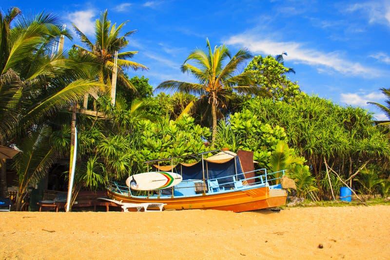 Helle Boote auf dem tropischen Strand von Bentota, Sri Lanka stockfoto