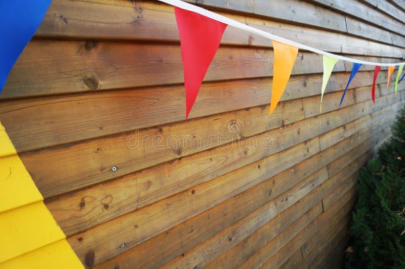 Helle bunte Flaggen auf einem Seil stockfoto