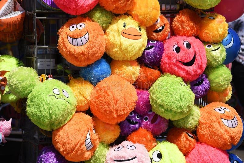 Helle, bunte, bunte, lächelnde plüschartige Spielwaren des smiley auf einem Küstenandenken-Stallgeschäft Southend auf Meer lizenzfreie stockfotografie