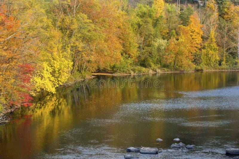 Helle Fallfarben denken über den Farmington-Fluss, Bezirk, Anschl. nach stockfotos