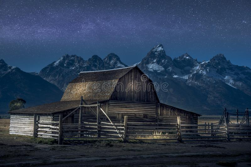 Helle Farbe auf Thomas Molton Barn, Teil der mormonischen Reihe auf großartigem Nationalpark Teton Auch mit Milchstraße hinter ih lizenzfreies stockbild