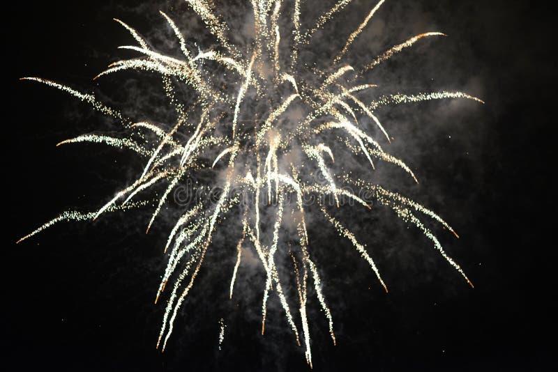Helle farbige Feuerwerke auf einem schwarzen Himmel stockbild