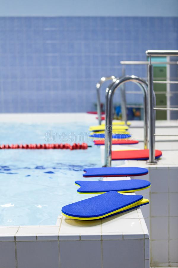 Helle Farbschwimmenbretter am Rand des Kinderpools lizenzfreie stockbilder