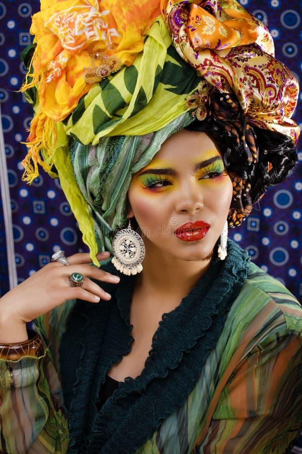 Helle Frau der Schönheit mit kreativem bilden, viele Schale auf Kopf wie cubian, ethno Blicknahaufnahme stockfoto