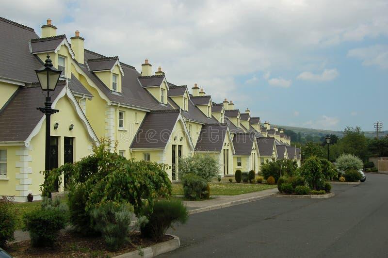 Helle gelbe Familienheime stockbild