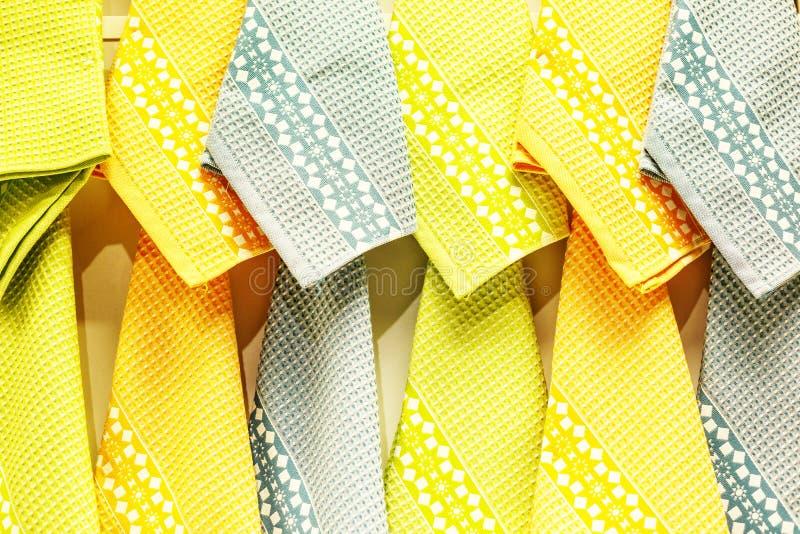 Helle gelbe hängende Tücher lizenzfreie stockfotografie