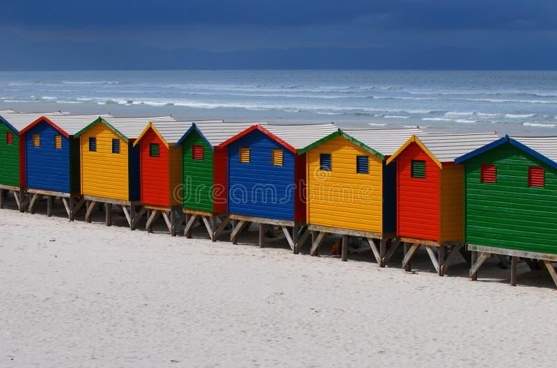 Helle gemalte Strand-Hütten lizenzfreie stockbilder
