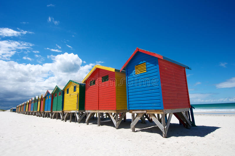 Helle gemalte Strand-Hütten stockfotos