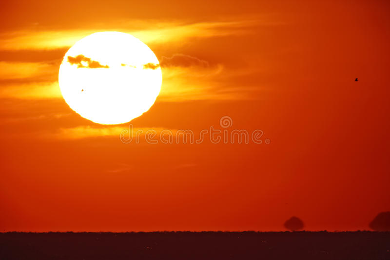 Helle große Sonne auf dem Himmel lizenzfreies stockfoto