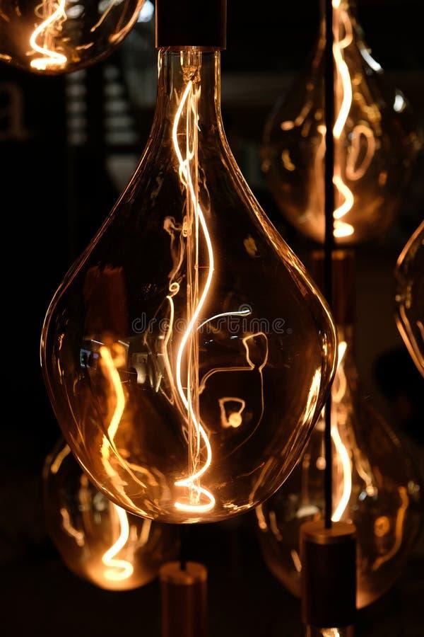 Helle Installation des Designers, transparente Glaslampe und Glühlampe zeigend stockfotos