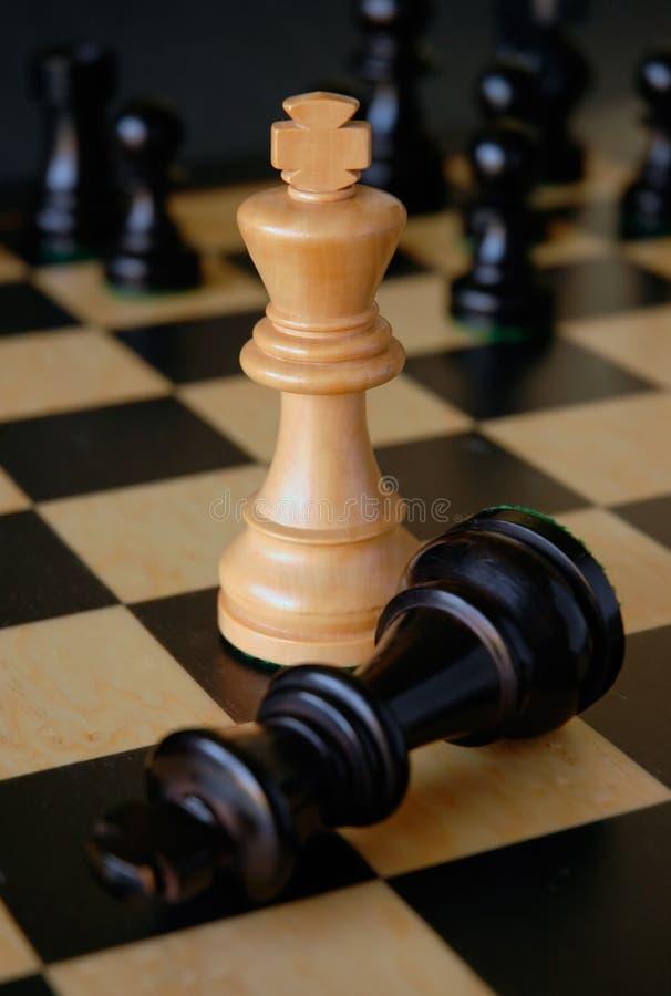 Helle Königin besiegt dunkle Königin-Schachfigur lizenzfreie stockbilder