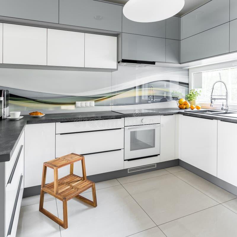 Helle Küche Mit Tritthocker Stockbild - Bild von funktionell, haupt ...
