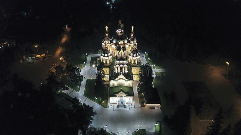 Helle Kirche mit goldenen Hauben und Kreuzen Glüht in den Nachtpark Brummengesamtl?nge lizenzfreies stockbild