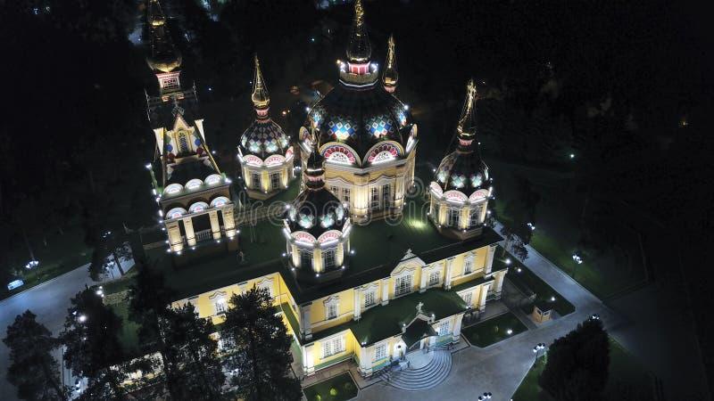 Helle Kirche mit goldenen Hauben und Kreuzen Glüht in den Nachtpark Brummengesamtl?nge lizenzfreie stockbilder