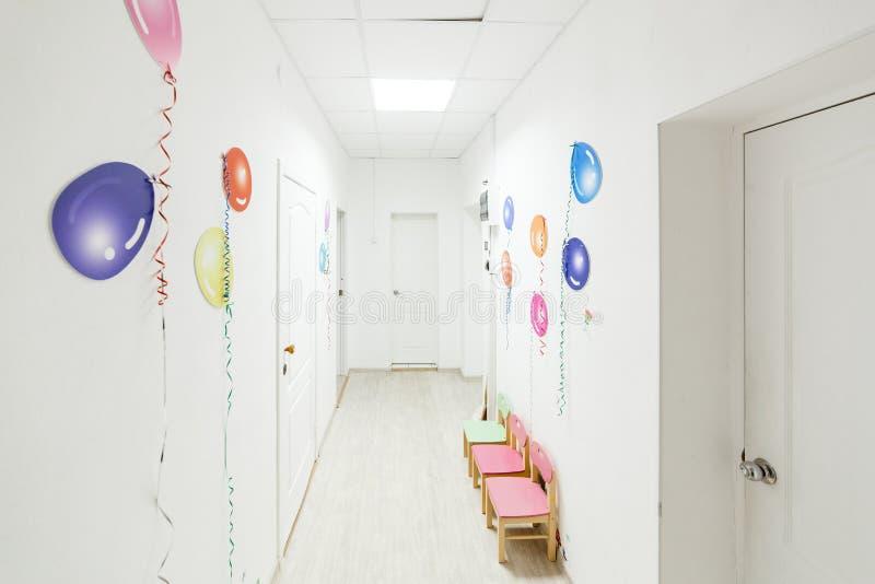 Helle Korridorhalle eines Kindergartens während der Feiertage ohne Kinder stockfotos