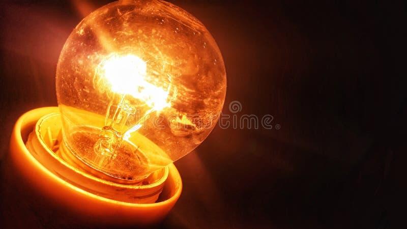 Helle Lampe in der Dunkelheit lizenzfreies stockfoto