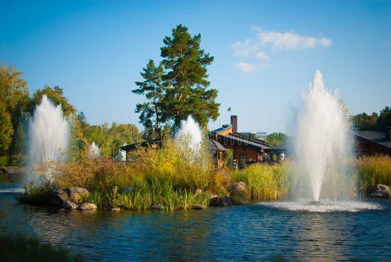 Helle Landschaft mit einem Brunnen stockfoto