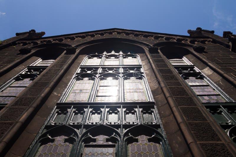 Helle Leuchte reflektiert weg von der Kirche Windows stockbild