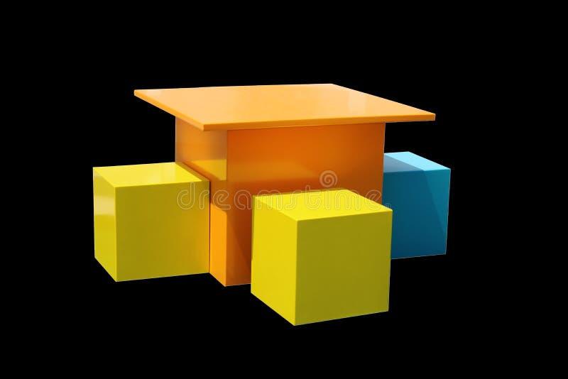 Helle Mehrfarben- Kind-` s Tabellen und Stühle auf schwarzem Hintergrund lizenzfreie stockfotos