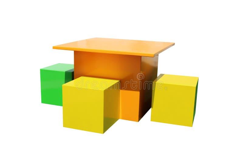 Helle Mehrfarben- Kind-` s Tabellen und Stühle lokalisiert auf weißem Hintergrund stockfoto