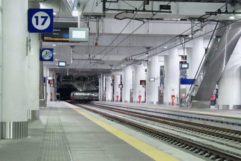 Helle moderne Innenbahnstation lizenzfreie stockfotografie