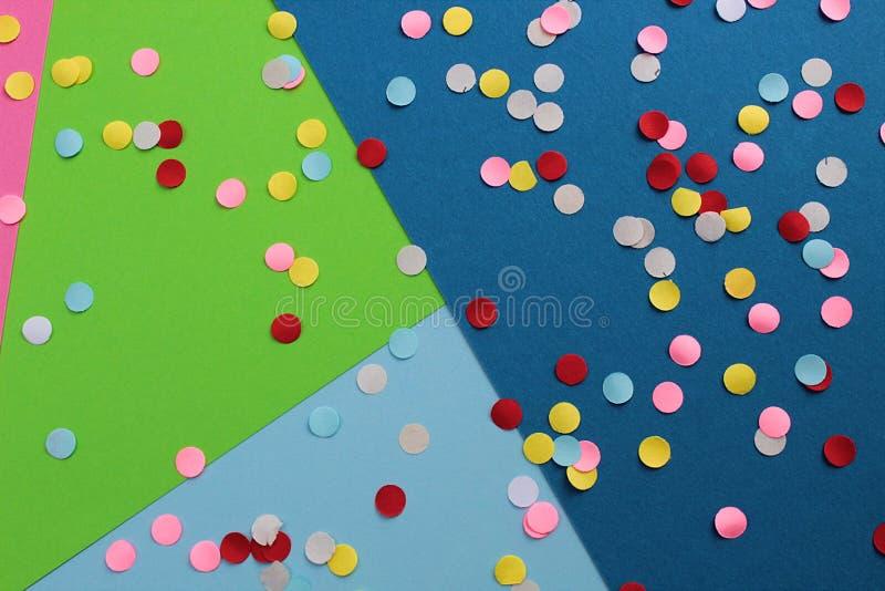 Helle multi farbige Kreise liegen auf einem mehrfarbigen Hintergrund lizenzfreie stockfotos