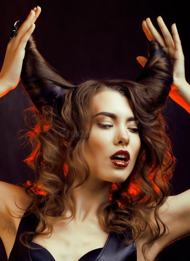 Helle mysteriöse Frau mit dem Hornhaar lizenzfreie stockbilder