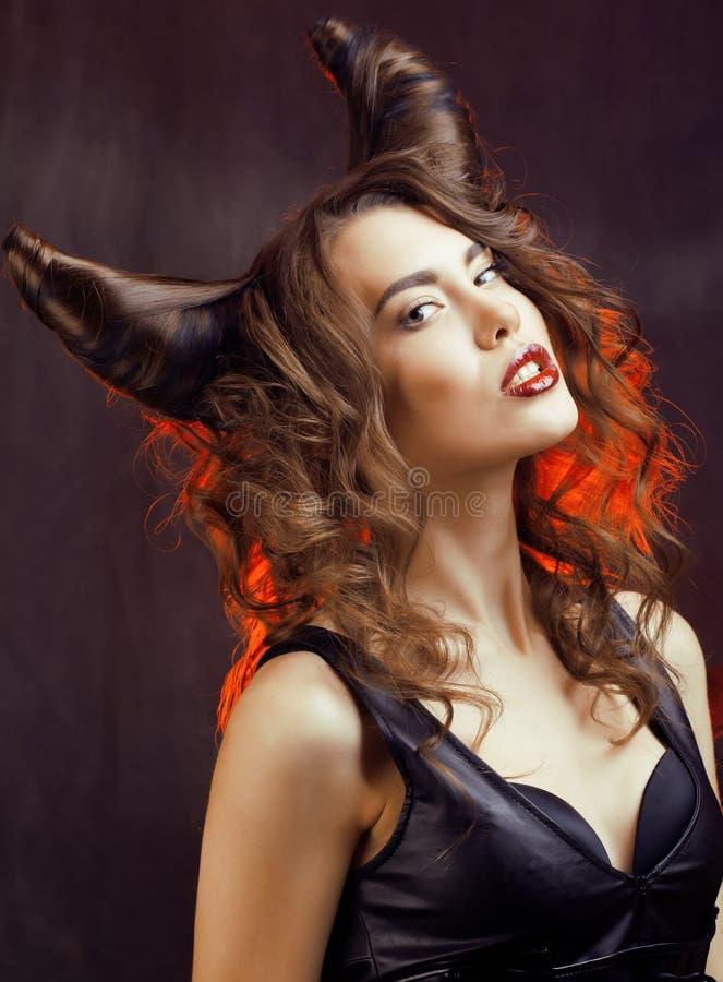 Helle mysteriöse Frau mit dem Hornhaar, Halloween lizenzfreies stockfoto