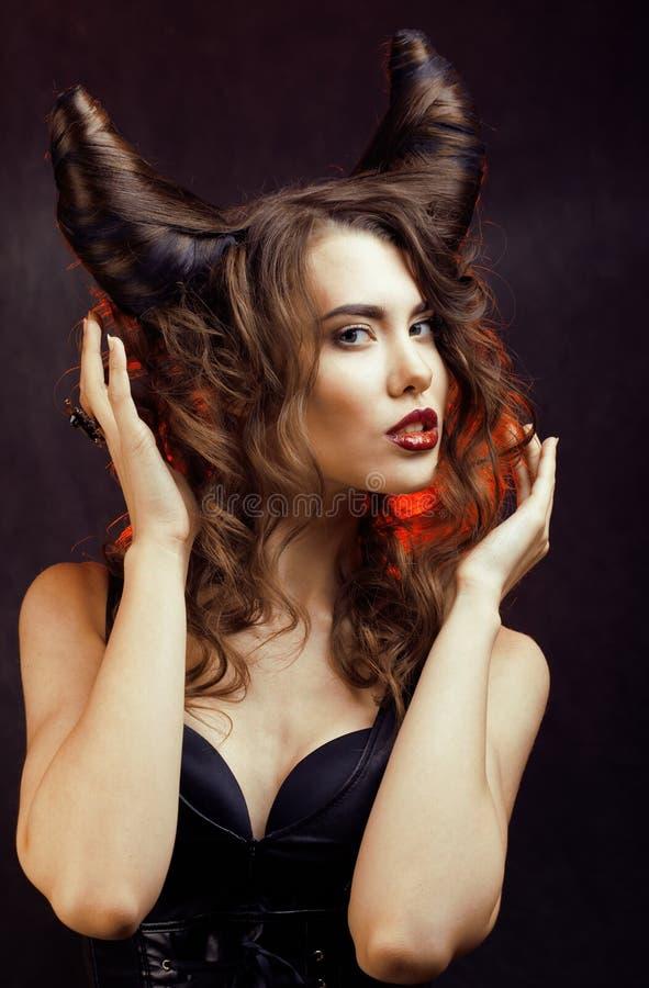 Helle mysteriöse Frau mit dem Hornhaar, Halloween-Feier lizenzfreies stockfoto