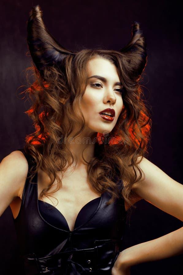 Helle mysteriöse Frau mit dem Hornhaar, Halloween-Feier lizenzfreie stockbilder