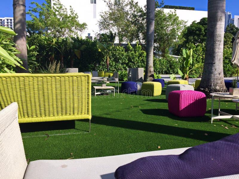 Helle Patio-Möbel in einer tropischen Einstellung lizenzfreie stockfotos