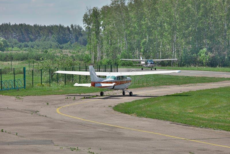Helle Privatflugzeuge stockbild